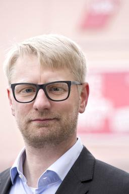 Portrait Erik Wolf vor dem Volkshaus