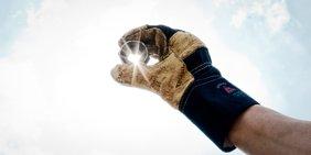 Handschuh eines Arbeiters mit Werkzeug