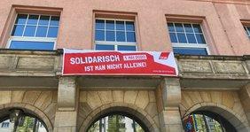 Banner für den 1. Mai am Volkshaus