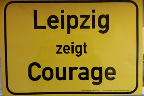 """Schild auf dem steht: """"Leipzig zeigt Courage"""""""