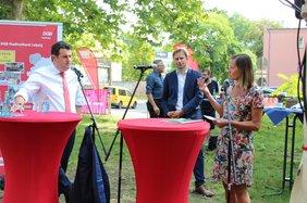 Bundesarbeitsminister Hubertus Heil im Gespräch mit Gewerkschafterin Manuela Grimm