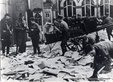 9. März 1933: Akten und Schriftstücke werden aus den Fenstern in den Volkshaushof geworfen.