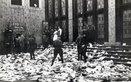 SA vor dem Saalgebäude des Volkshauses, an der Anschlagtafel noch die Ankündigungen vom 8. März 1933.