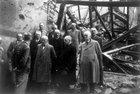 Erich Schilling (vorn links, noch in Häftlingsjacke) am 18. Mai 1945, zusammen mit Gewerkschaftern in den Trümmern des Festsaales