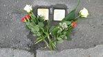 verlegte Steine gerahmt von Blumen